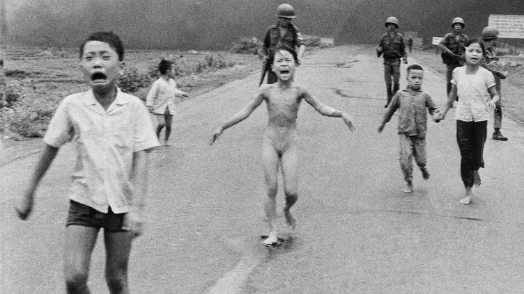 Cette photo d'une fillette brûlée au napalm pendant la guerre du Vietnam, en 1972, a notamment été récompensée par le prestigieux prix Pulitzer. (NICK UT / SIPA / AP)