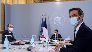 Jean Castex, Emmanuel Macron et Olivier Véran lors d'un Conseil de défense sanitaire à l'Elysée, le 12 novembre 2020. (MAXPPP)
