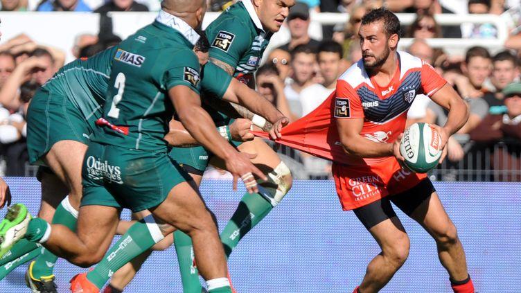 Samuel Marques tente d'échapper à la défense paloise (GAIZKA IROZ / AFP)