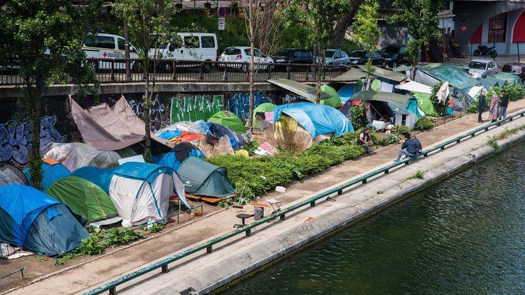 Un campement de migrants, le long du Canal Saint Martin, à Paris, le 15 mai 2018. (MAXPPP)