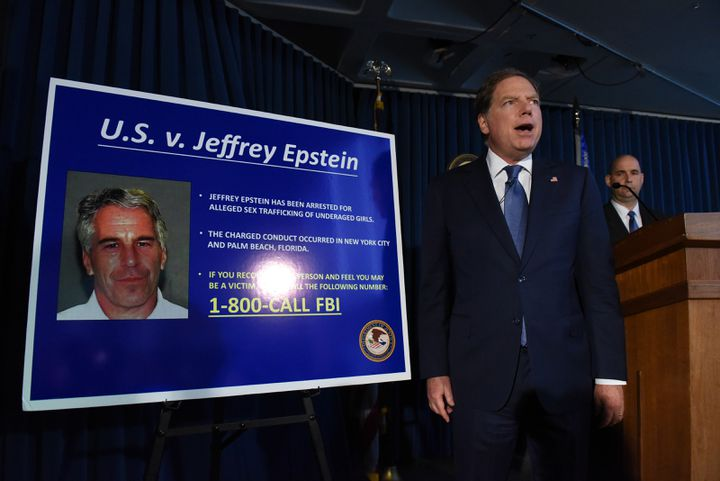 Le procureur fédéral Geoffrey Berman annonce les charges retenues contre Jeffrey Epstein à New Yorl, le 8 juillet 2019. (STEPHANIE KEITH / GETTY IMAGES NORTH AMERICA)