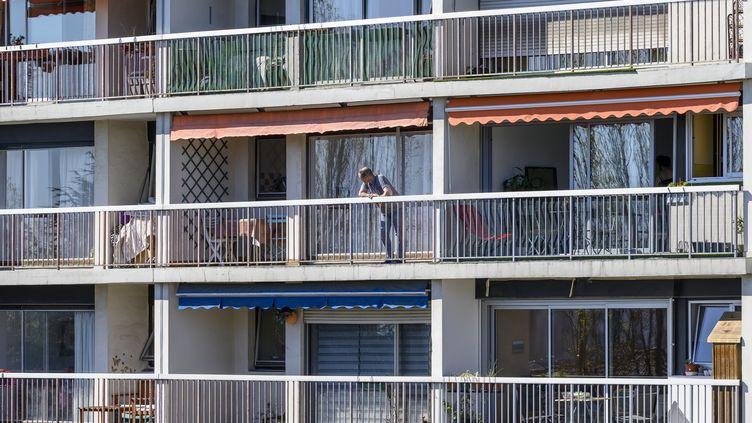Un immeuble durant le confinement à Montreuil (Seine-Saint-Denis), le 5 avril 2020. (REMI DECOSTER / HANS LUCAS)