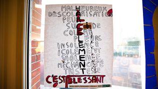 Affiche lors d'une exposition sur le harcelement scolaire dans un collège de Clamart (Hauts-de-Seine).  (CHRISTOPHE MORIN / MAXPPP)