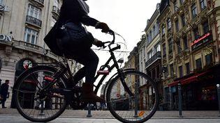 Une cycliste dans les rues de Lille. (Photo d'illustration) (MAXPPP)