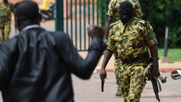 Un soldat pro-putchistes armé devant l'hôtel Laico à Ouagadougou, le 20 septembre 2015. (SIA KAMBOU / AFP)