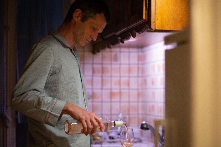 """Robert Plagnol dans """"Une jolie robe"""" d'Andrew Payne mis en scène par Patrice Kerbrat sur Directautheatre.com. (DIMITRI KLOSOWSKI)"""