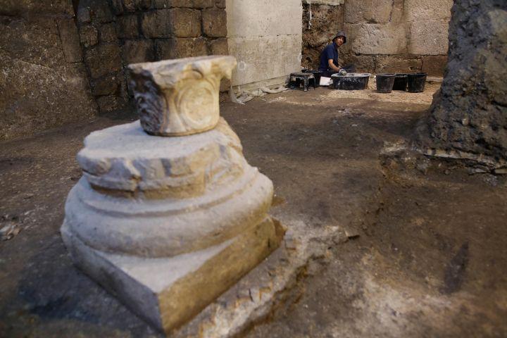 Un archéologue israélien travaille dans l'une des pièces souterraines mises au jour à Jérusalem, le 19 mai 2020. (XINHUA / MaxPPP)