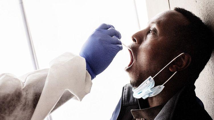 Une infirmière du Lancet Nectare hospitalprocède à un prélèvement dans le cadre d'un dépistage du Covid-19 à Richmond, à Johannesburg (Afrique du Sud), le 18 décembre 2020. (LUCA SOLA / AFP)