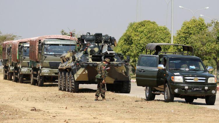 Des véhicules militaires et des soldats montent la garde sur une route à Naypyitaw, au Myanmar, le 3 février 2021. (MAUNG LONLAN / EPA)