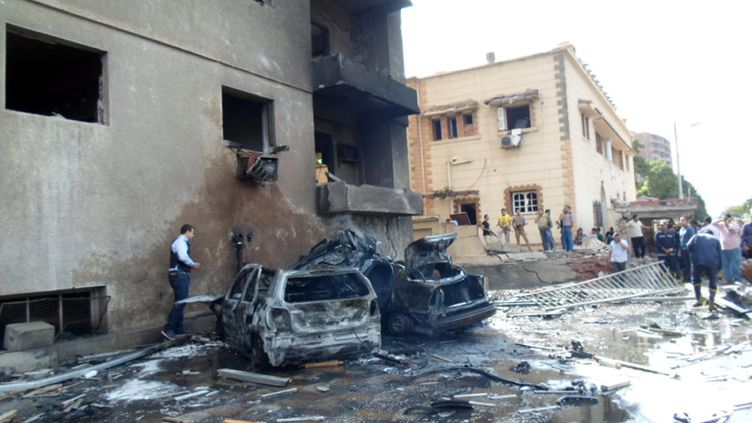 Les restes d'une voiture utilisée pour un attentat, le 19 octobre 2013 à Ismailiya (Egypte). ( AFP )