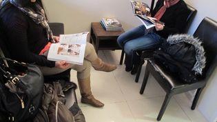 Deux patientes dans la salle d'attente d'un cabinet de gynécologie à Asnières (Hauts-de-Seine), le 5 avril 2013. (SALOME LEGRAND / FRANCETV INFO)