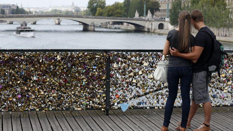 Un couple sur le Pont des Arts à Paris (Illustration) (PATRICK KOVARIK / AFP)