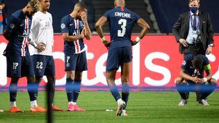 De gauche à droite, la déception d'Éric Maxim Choupo-Moting, Abdou Diallo, Kylian Mbappe, Presnel Kimpembe et Thiago Silva après la défaite face au Bayern en Ligue des champions, le 23 août 2020. (LLUIS GENE / POOL)