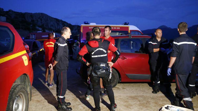 Pompiers et gendarmes poursuivent les recherches dans le canyon de Zoicu (Corse-du-Sud), le 1er août 2018. (PASCAL POCHARD-CASABIANCA / AFP)