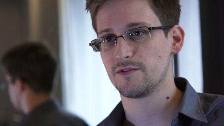 """Edward Snowden, employé d'un sous-traitant de l'Agence de sécurité nationale (NSA),le 6 juin 2013, dans une vidéo diffusée le 10 juin sur le site du """"Guardian"""". (THE GUARDIAN / AFP)"""