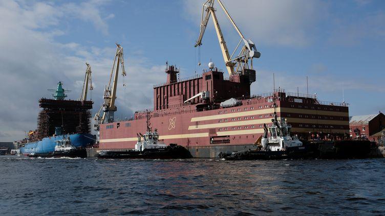 """La centrale nucléaire flottante, """"l'Akademik Lomonosov"""", avant son départ de Saint-Pétersbourg (Russie) le 28 avril 2019. (ANTON VAGANOV / X06532 / REUTERS)"""