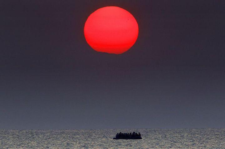 Des migrants traversent la mer Égée, entre la Grèce et la Turquie, sur un bateau pneumatique, le 16 juillet 2016. (Reuters / Yannis Behrakis)