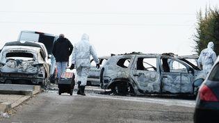 Les malfaiteurs ont mis le feu au fourgon, l'incendie s'est propagé à des véhicules situés à côté. (R MOUILLAUD / MAXPPP)