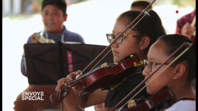"""Envoyé spécial. Avant un grand concert à Mexico, ces enfants d'un bidonville mexicain répètent """"la Cinquième"""" de Beethoven"""