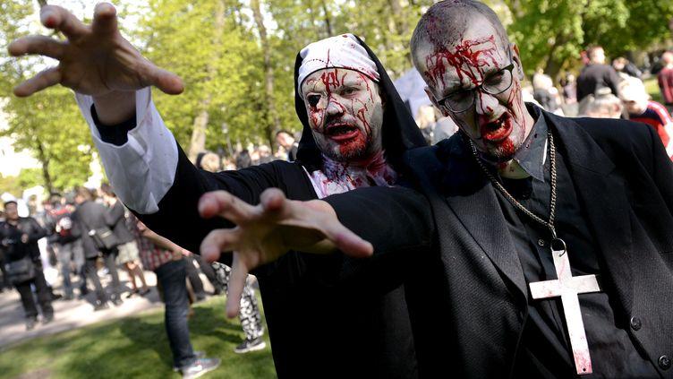 "Des participants à la ""zombie walk"", à Helsinki, la capitale de la Finlande, le 30 mars 2015. (VESA MOILANEN / LEHTIKUVA / AFP)"