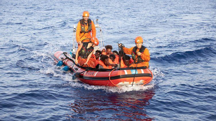 Des migrants sauvés par des membres de l'ONG allemande Sea-Eye, au large de la Libye, sur une photo diffusée le 5 juillet 2019. (FABIAN HEINZ / SEA-EYE.ORG / AFP)