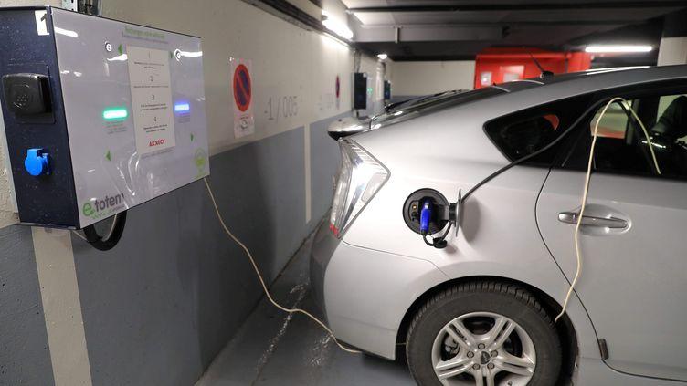 Une borne de recharge pour une voiture électrique à Annecy le 19 mars 2018. (NORBERT FALCO / MAXPPP)
