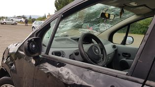 Une voiture endommagée par la grêle, le 15 juin 2019, dans la Drôme. (JULIEN COMBELLES / MAXPPP)